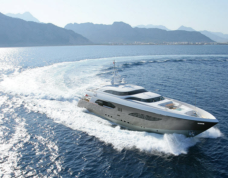 Tamsen Yacht making a splash
